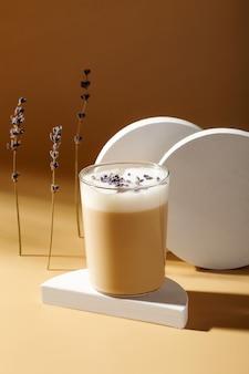 Lavendel latte-getränk auf stand. sonnenlicht und harte schatten