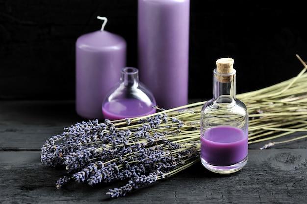 Lavendel, lavendelöl und lila kerzen