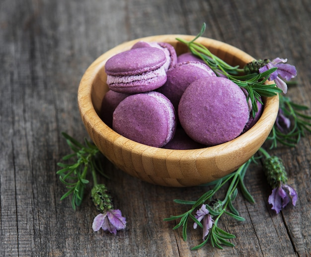 Lavendel macarons in holzschale