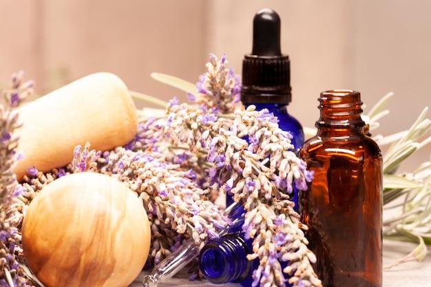 Lavendel mörser und pistill und flaschen ätherische öle für die aromatherapie