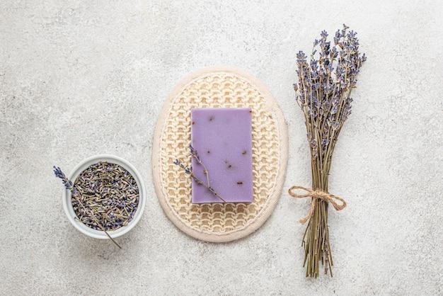 Lavendel pflanze und seife anordnung