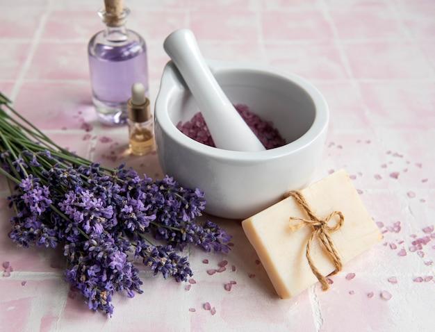 Lavendel spa ätherische öle meersalz handtücher und handgemachte seife