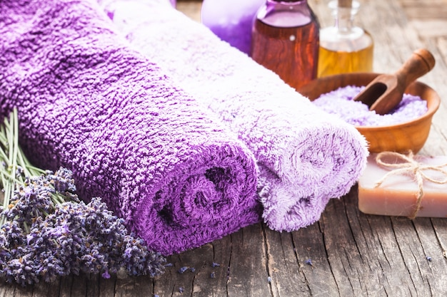 Lavendel spa - ätherisches öl, meersalz, violette handtücher und handgemachte seife
