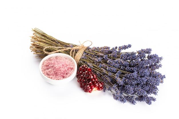 Lavendel-spa-produkte mit granatapfel, lavendelblüten