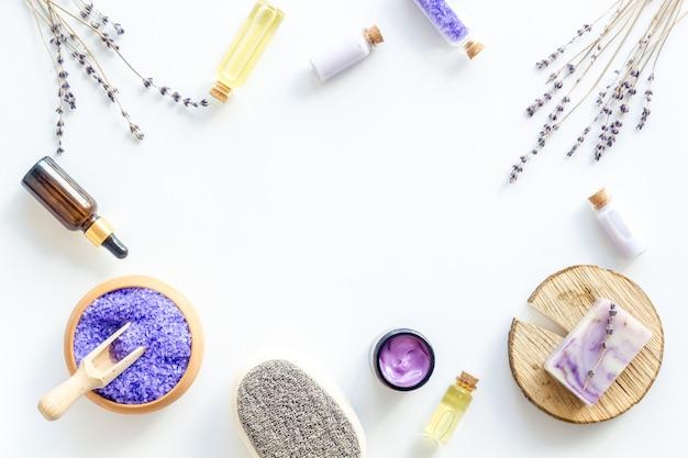 Lavendel-spa-set mit violettem badesalz und ätherischem öl