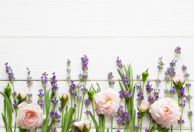 Lavendel und rosa rosen flach legen, modell, vorsehungsschablone, lavendelschablone für grußkarten mit kopienraum, hochzeitslayout, blumenmuster