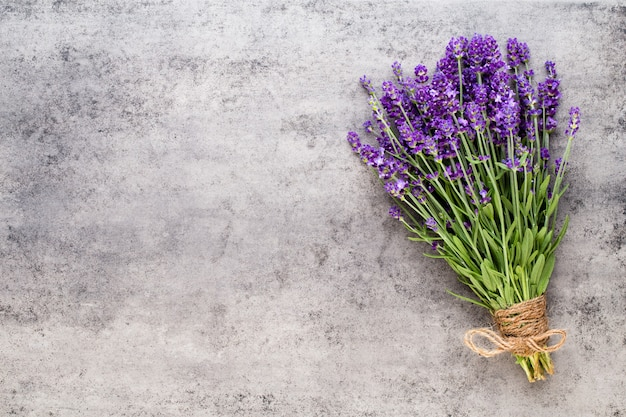 Lavendelblüten, blumenstrauß auf rustikalem hintergrund, overhead.