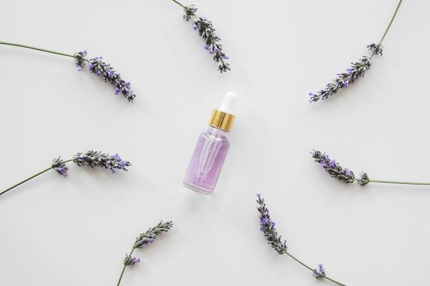 Lavendelblüten und eine flasche blütenblätter