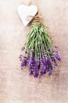 Lavendelblumen, blumenstrauß auf rustikalem hintergrund, oben.