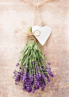 Lavendelblumen, blumenstrauß auf rustikalem hintergrund Premium Fotos