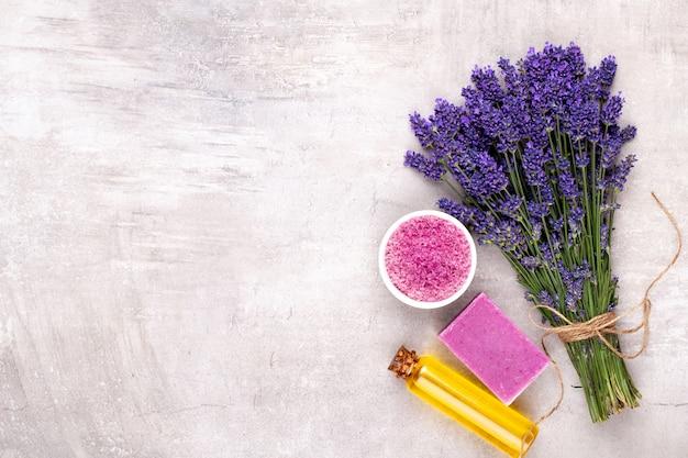 Lavendelblumenbündel lokalisiert auf weißem hintergrund