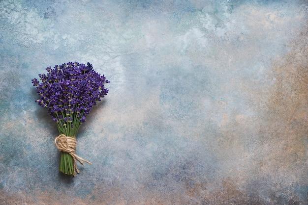 Lavendelblumenstrauß auf buntem. speicherplatz kopieren, draufsicht. sommertisch