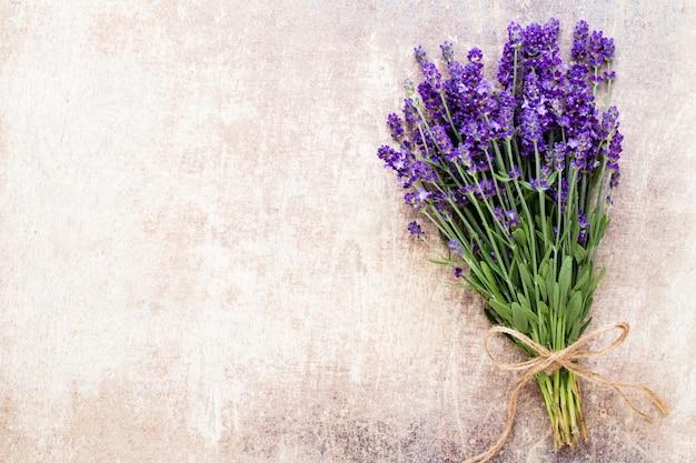Lavendelblumenstrauß auf rustikalem hintergrund