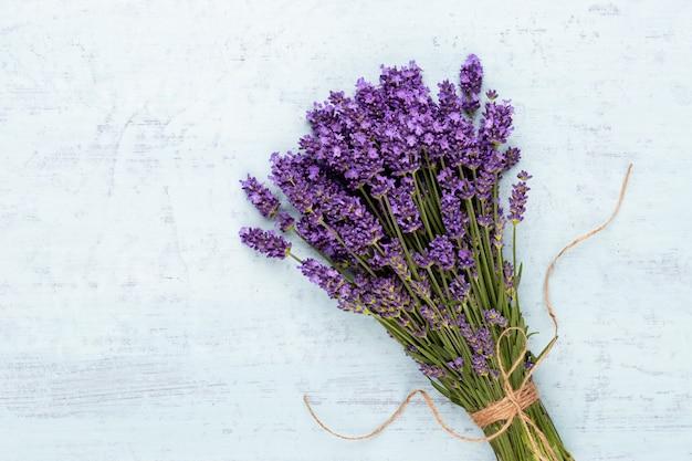 Lavendelblumenstrauß gebunden lokalisiert auf weißem hintergrund