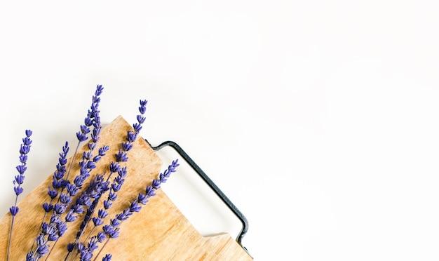 Lavendelblumenzweige auf einem holzbrett mit platz für text. draufsicht, flache lage, kopierraum.