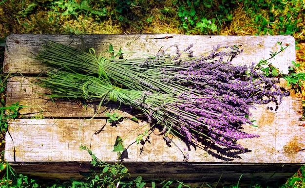 Lavendelfeld in südfrankreich mit dekorativem korb