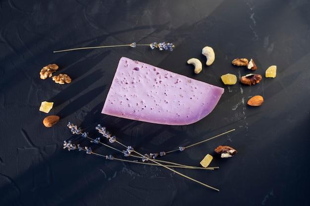 Lavendelkäse mit nüssen auf einem schwarzen brett