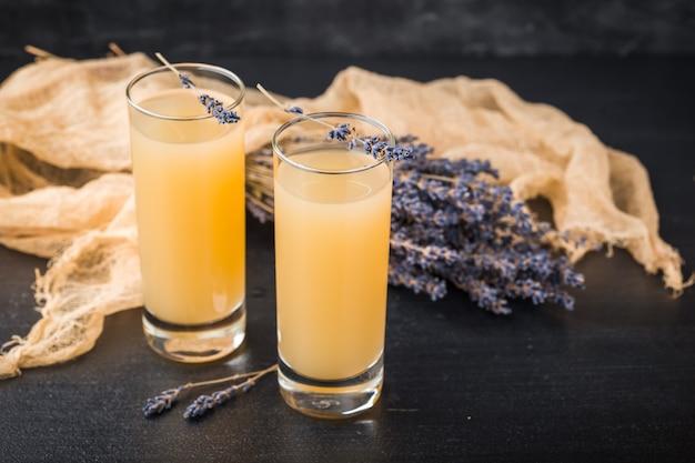 Lavendellimonade mit frischem saft