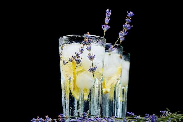 Lavendellimonade mit zitrone und eis
