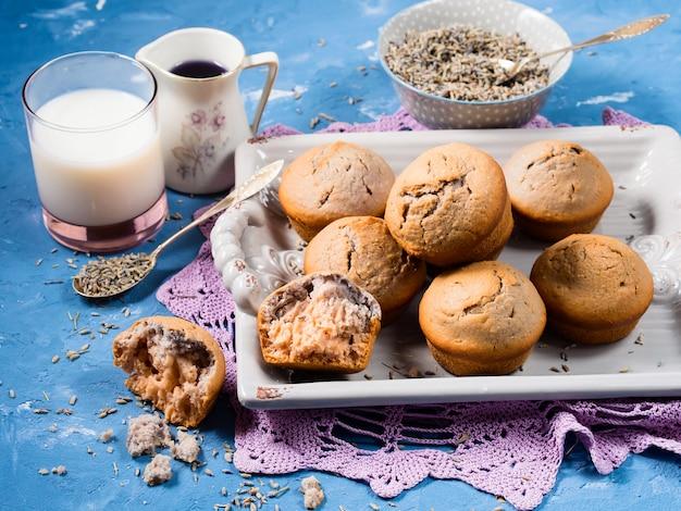 Lavendelmuffins auf behälter zum frühstück