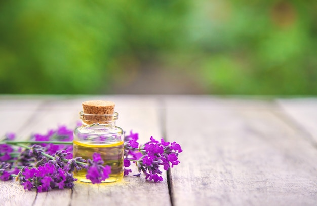 Lavendelöl in einer kleinen flasche.