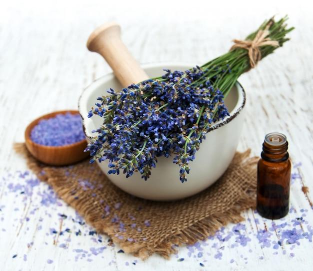 Lavendelöl mit badesalz und frischem lavendel