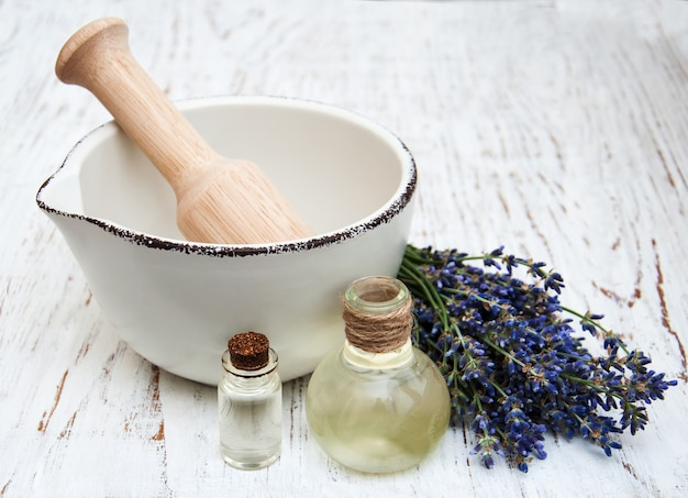 Lavendelöl und frischer lavendel