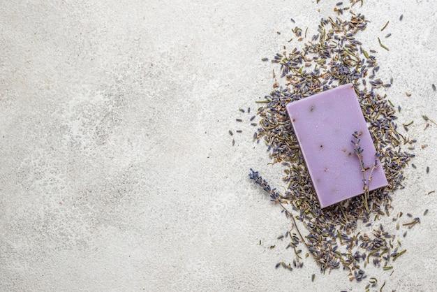 Lavendelpflanzen- und seifenanordnung mit kopierraum