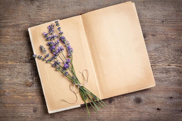 Lavendelstrauß auf einem alten buch
