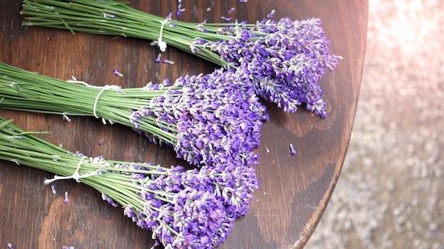 Lavendelstrauß auf holztischplatte blickwinkel bei furano hokkaido japan, die blumen sind in voller blüte