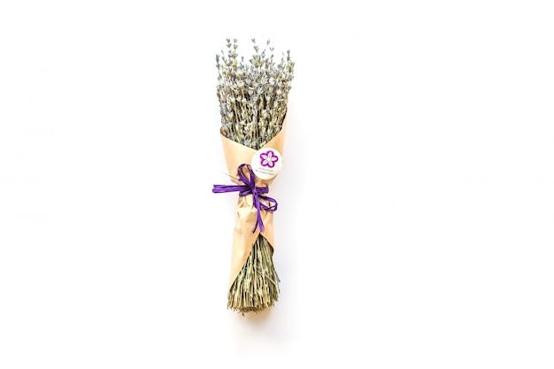 Lavendelstrauß auf weißem hintergrund in erstaunlicher verpackung