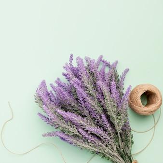 Lavendelstrauß der ansicht oben auf grünem hintergrund