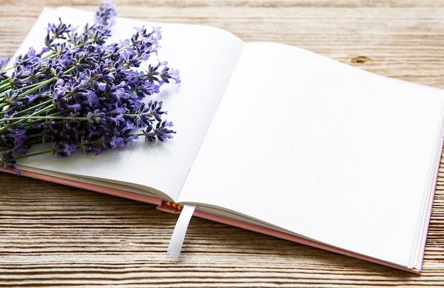 Lavendelstrauß und notizbuch
