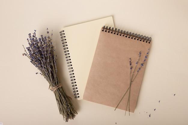 Lavendelzweige liegen wunderschön auf beigen notizbüchern schöne layoutfotos für soziale netzwerke oder ...