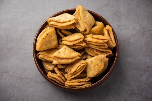 Layered oder strips mathri oder mathiya ist ein beliebtes snackrezept, das die menschen in nordindien mit tee genießen tea