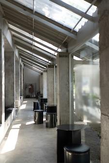 Layout in einem loft-stil in dunklen farben interieur