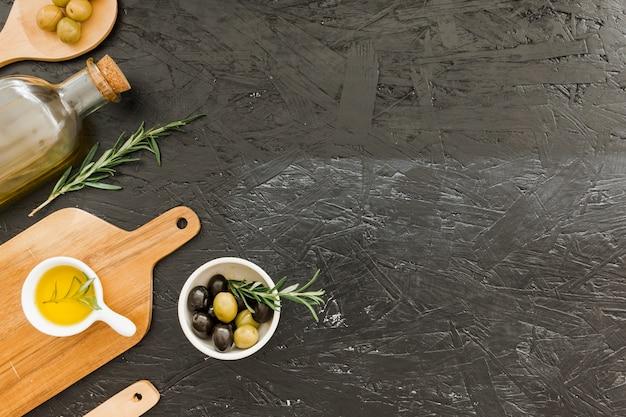 Layout mit oliven ölflasche und schneidebrett