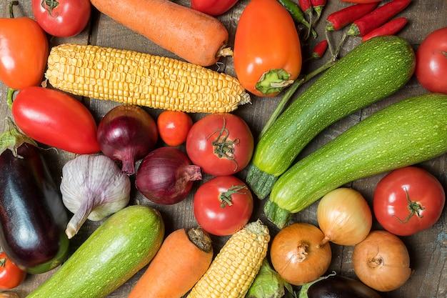 Layout mit verschiedenen gemüsen und früchten.