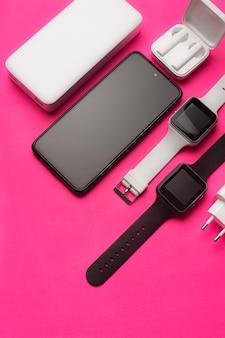 Layout moderner gadgets auf rosafarbenem hintergrund. onlinekommunikation. internetverbindung. mobile kommunikation. 5g. schwarz-weiß-technologie. moderne technologien. platz kopieren