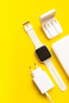 Layout moderner geräte auf gelbem hintergrund. onlinekommunikation. internetverbindung. mobile kommunikation. 5g. schwarz-weiß-technologie. moderne technologien.