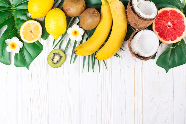 Layout von hellen reifen tropischen früchten