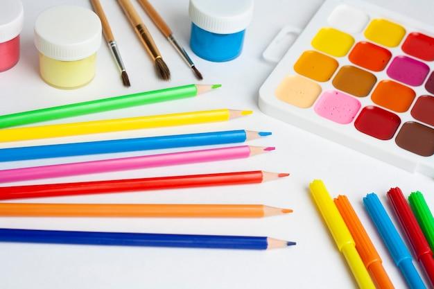Layoutzeichnung, farben, pinsel, palette, stifte und marker