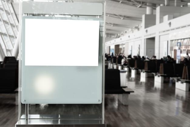 Lcd blank billboard für kopienraum in ihrer nachricht oder werbeinhalt, öffentliche informationstafel am flughafenterminal, werbemodell leer in der metropolregion. hintergrundtexte des kunden einfügen.