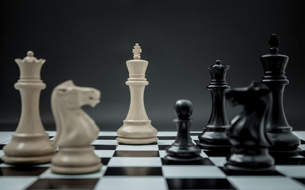 Leader und teamwork-konzept für den erfolg. schachkonzept rette den könig und rette die strategie