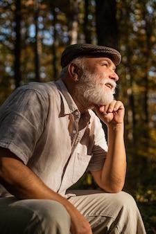 Lebe dein leben und vergiss dein alter. alter mann entspannt sich in der natur. gealterte person mit grauem barthaar. über 60 jahre alt. rentner genießen herbsttag. altenpflegedienst. rente und ruhestand. altern.