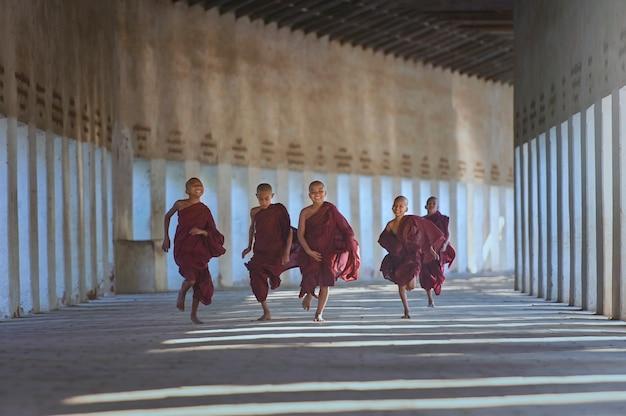 Leben eines buddhistischen mönchs in burma.glück des novizen in myanmar