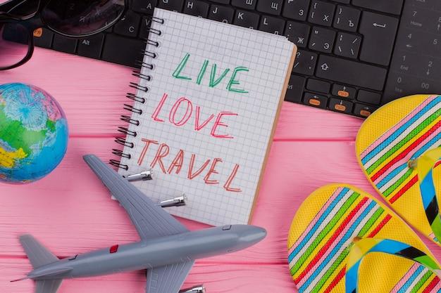 Leben sie die liebesreise auf dem notebook mit den reiseaccessoires der frau
