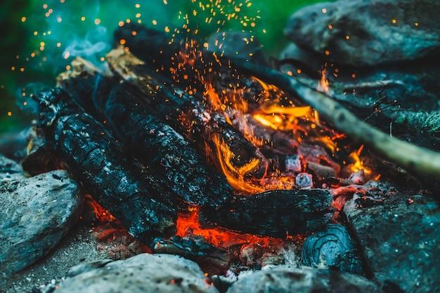 Lebendig schwelende brennhölzer brannten hautnah im feuer