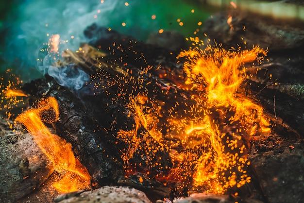 Lebendig schwelendes brennholz brannte in feuernahaufnahme.