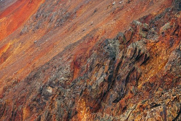 Lebendiger mehrfarbiger naturhintergrund des großen felsigen berges mit spitzen felsen
